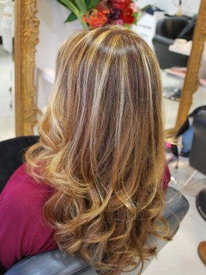 ハイライトカラー、巻き髪スタイル